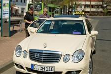Taxibusunternehmerin Christa Hoeger aus Kall nimmt einen Fahrgast auf. Bild: RVK