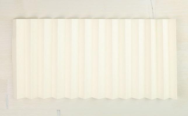 Falten des Papiers an den vertikalen Linien zu einer Ziehharmonika