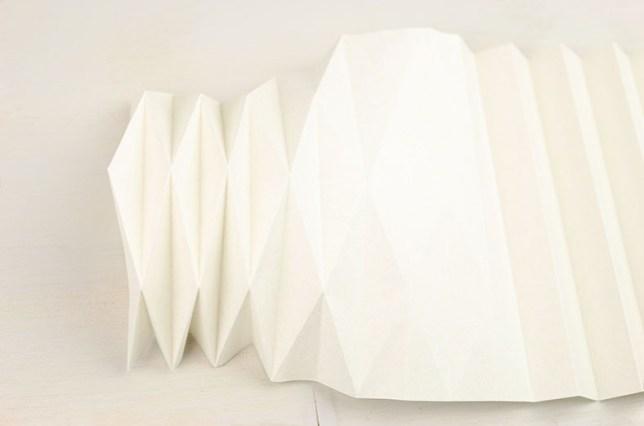 Falten der Plissee/Origami Vase an den diagonalen Faltlinien