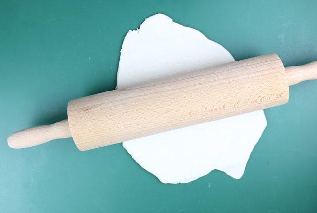 Modelliermasse mit einem Nudelholz ausrollen