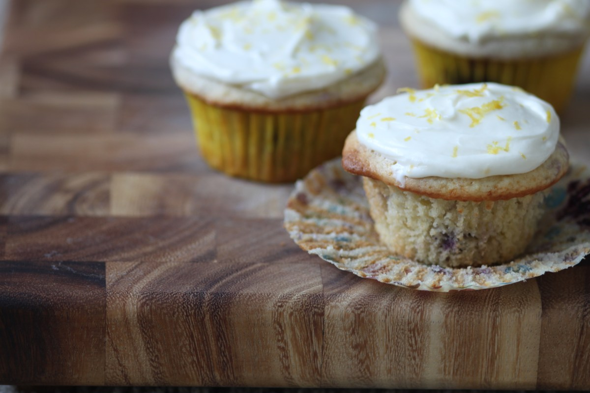 Lemon Blueberry Cupcakes with Cream Cheese Frosting | www.eighteenalmonds.com