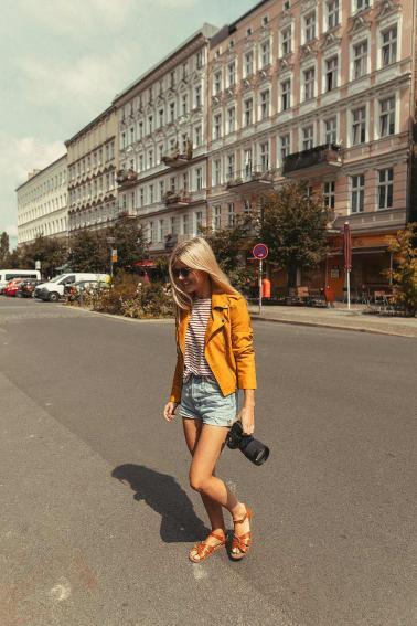 eimear-walking-in-berlin-with-her-camera