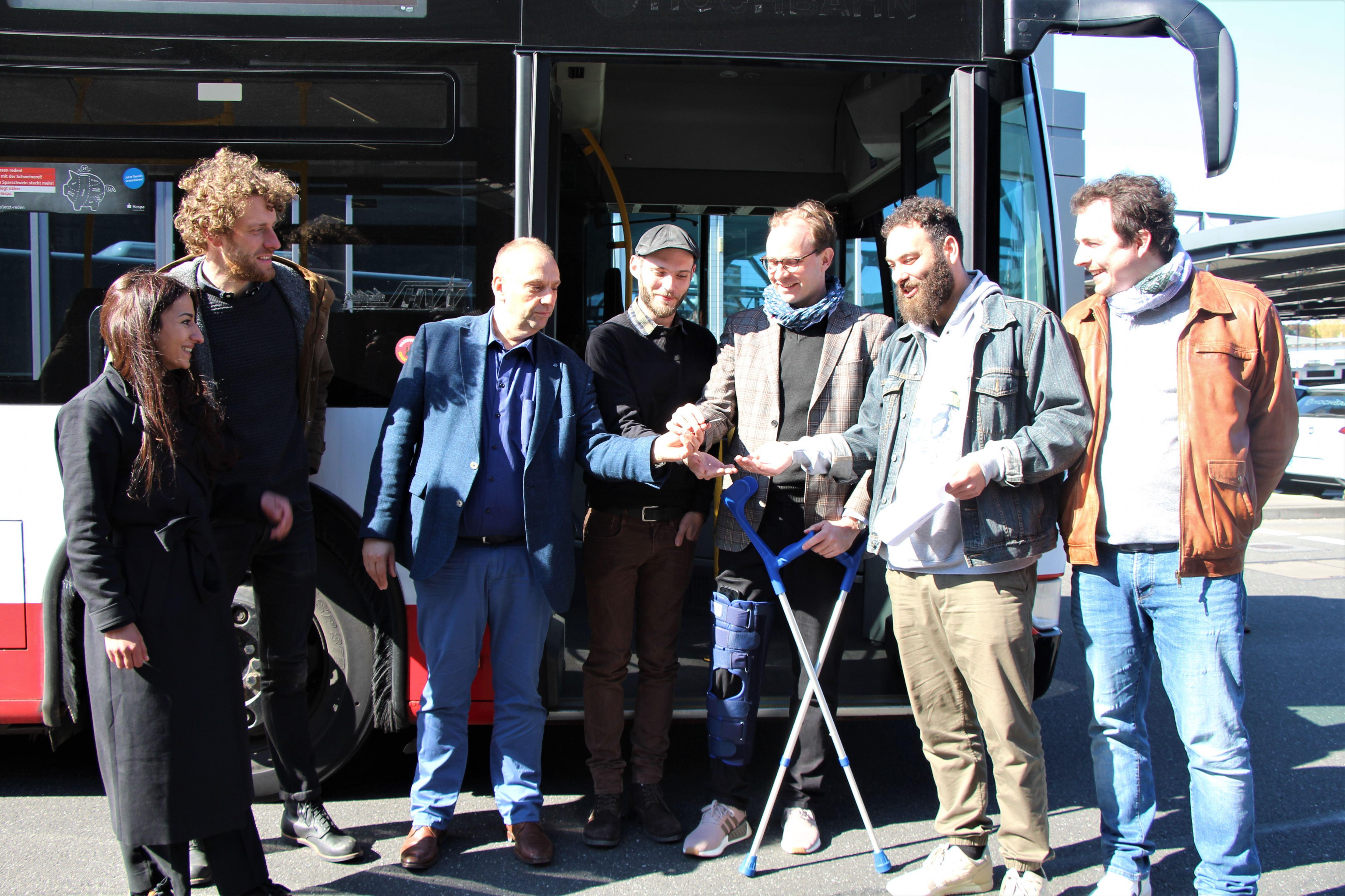 "Duschbus für Obdachlose: Hochbahn übergibt Bus an ""GoBanyo"""