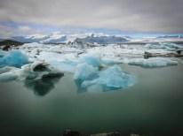 Stumm treiben die bizarren Eisberge durch die arktisch anmutende Landschaft.