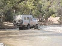 Flussdurchfahrt im Atlas-Gebirge - der EWR-Lkw gibt die Richtung vor.