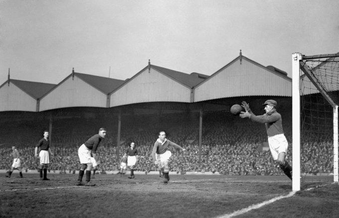 Hughie Gallacher følger vaktsomt med i en kamp mot Arsenal i 1931