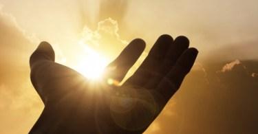 Somos santificados por quem?