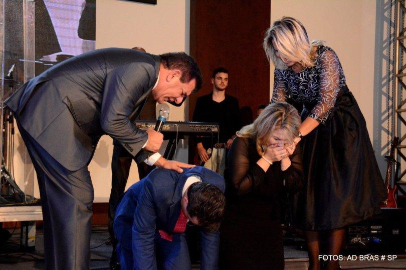 Pastor Samuel Ferreira e esposa se emocionam em momento de oração, na cerimônia de transição de liderança da AD Bom Retiro. (Foto: Getúlio Camargo)