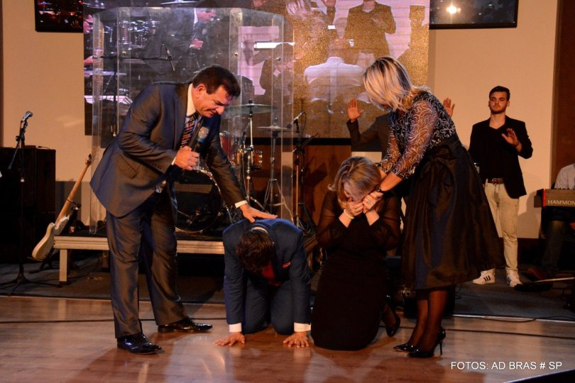 Pastor Samuel Ferreira e sua esposa recebem orações do pastor Jabes Alencar. (Foto: Getúlio Camargo)