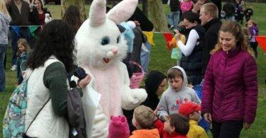 """Casal cristão perde a guarda das filhas por não ensiná-las que """"o coelho da Páscoa é real"""""""