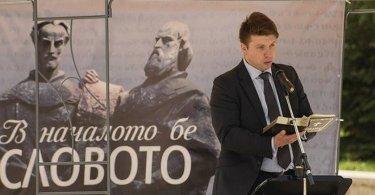 Cristãos evangelizam em praça pública com maratona de leitura da Bíblia, na Bulgária