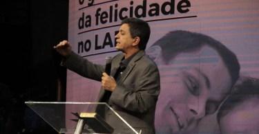 """Pastor alerta homens que não ajudam em casa: """"Não existe amor sem serviço"""""""