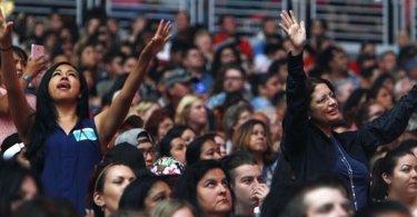 Mais de 2 mil pessoas aceitam Jesus durante culto realizado em universidade, nos EUA
