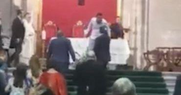 Muçulmano invade casamento cristão e ataca padre