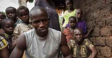 """""""Perdoei completamente"""", diz cristão que teve casa queimada pela própria família"""