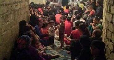Proibidos de fazer cultos no templo, cristãos egípcios oram nas ruas
