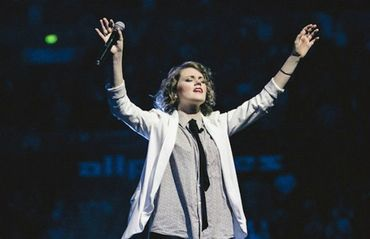 """""""Adoração é uma arma espiritual"""", diz cantora do Hillsong"""