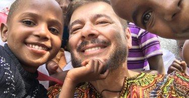 """Pastor busca apoio para mudar a vida de crianças na África: """"Lá faltam escolas"""""""