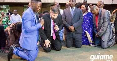 """Ministro de Uganda consagra seu país a Jesus: """"Entrego essa nação para Deus"""""""