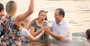 Mais de 7 mil pessoas são batizadas às margens do Rio Negro, no Amazonas