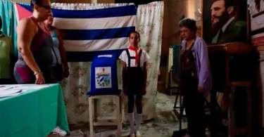 """""""Nosso deus é Fidel Castro"""", dizem policiais ao confiscar Bíblias de cristão em Cuba"""