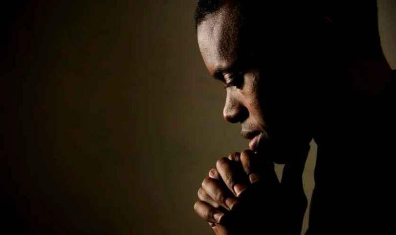 """""""Falta de oração é um pecado que prevalece na igreja hoje"""", diz pastor"""