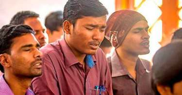 """Indiano é ameaçado pelo pai por se converter: """"Se falar de Jesus eu atiro em você"""""""