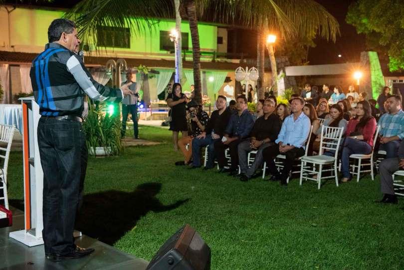 Francisco Everton fala aos convidados na noite de lançamento da Expoevangélica 2018. (Foto: Panela).