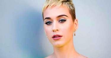 """""""Minha mãe orou por mim a vida toda, para que eu voltasse a Deus"""", diz Katy Perry"""
