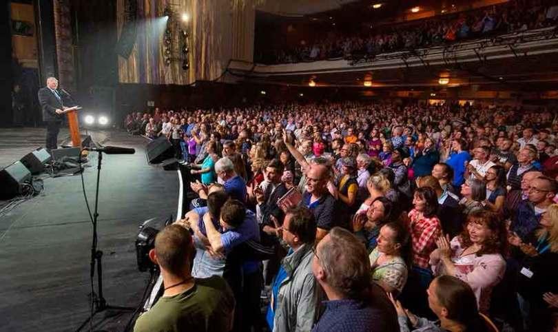 Franklin Graham enfrenta protestos e prega para milhares no Reino Unido