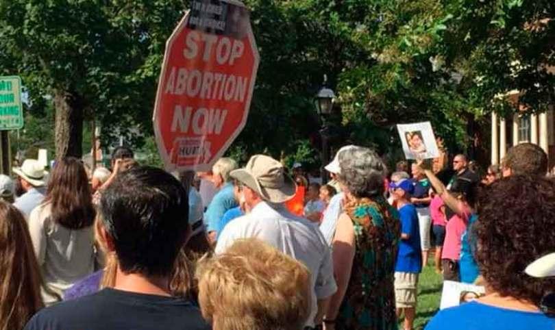Idoso é espancado por orar em frente a clínica de aborto, nos EUA