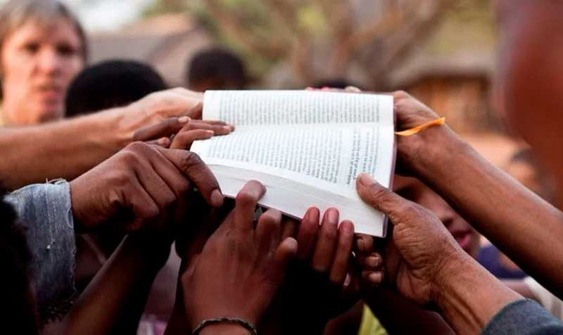 Sem dinheiro, refugiados entregam suas próprias vidas a Jesus como oferta em culto