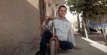 Pastor com deficiência se arrasta em patinete para pregar no México