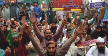 Muçulmanos arrancam cristãos de seus carros e os espancam, em busca de Asia Bibi