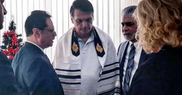 Jair Bolsonaro recebe oração de pastor conselheiro de Trump
