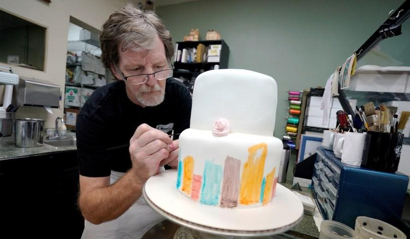 Confeiteiro cristão volta ao tribunal por se recusar a fazer bolo gay