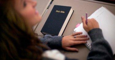 Estudantes são proibidos de distribuir Bíblias a colegas no intervalo da escola