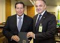 """Roberto de Lucena presenteia vice-presidente com uma Bíblia: """"Ofereci apoio e orações"""""""