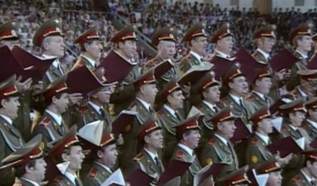 Soldados do Exército Vermelho cantando Glória, Glória, Aleluia numa Cruzada de Billy Graham em Moscou em 1992