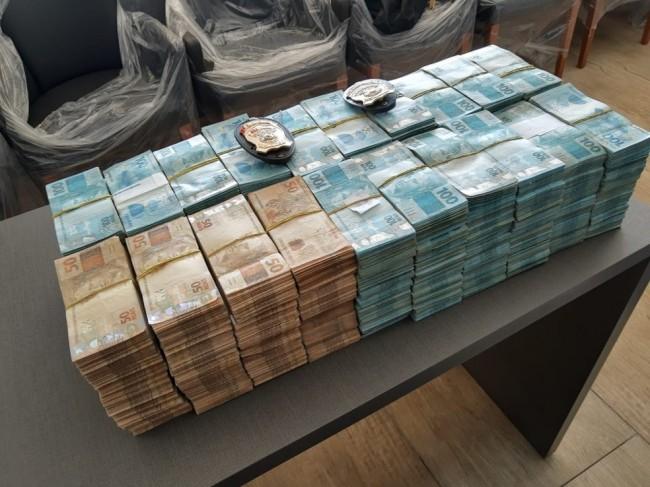 Grande quantidade de dinheiro que estava escondida em uma caixa — Foto: Polícia Federal/Divulgação