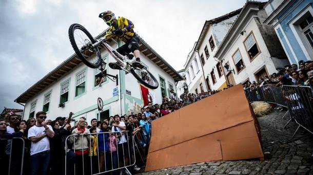 Un participante realiza un salto ante la mirada de los espectadores. Foto:www.bilbaocitydownhill.com