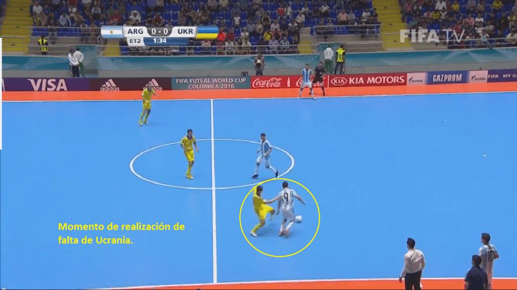 Instante en el que el jugador ucraniano realiza una falta