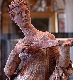 Άγαλμα γυναίκας που κρατάει ένα πένδουρις