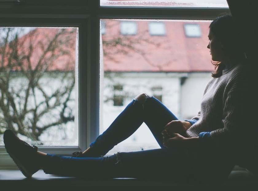 opiskelija istuu ikkunalaudalla