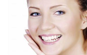 Bild på kvinnas ansikte som blivit rent tack vare jojobaolja