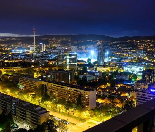 Pogled na zapadni dio Zagreba s Eurotowera. U prvom planu je Vukovarska ulica, a vidi se i stadion u Kranjčevićevoj.