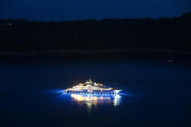 Megajahta na Jadranu, osvijetljena odozdo. FOTO: Guliver/Getty Images