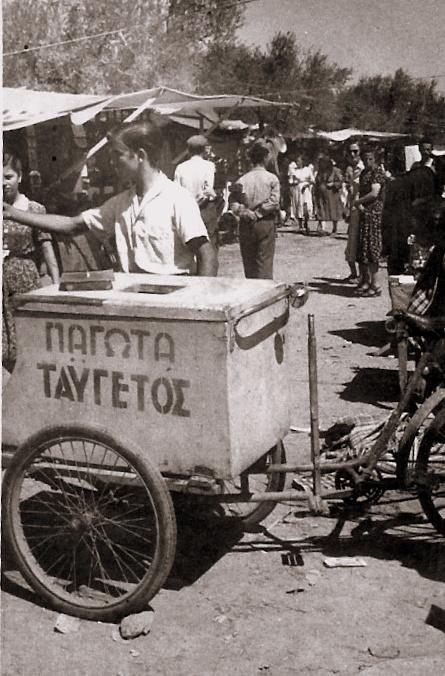 Απεικονίζεται ένα νεαρός παγωτατζής σε λαϊκή αγορά