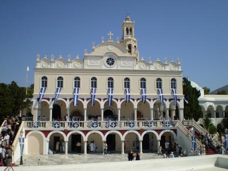Απεικονίζεται το εξωτερικό της εκκλησίας της Παναγίας της Τήνου