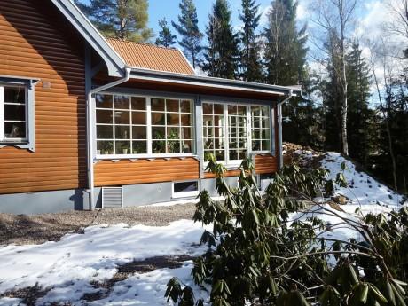 Utåtgående sidohängda och fasta fönster med wienerspröjs